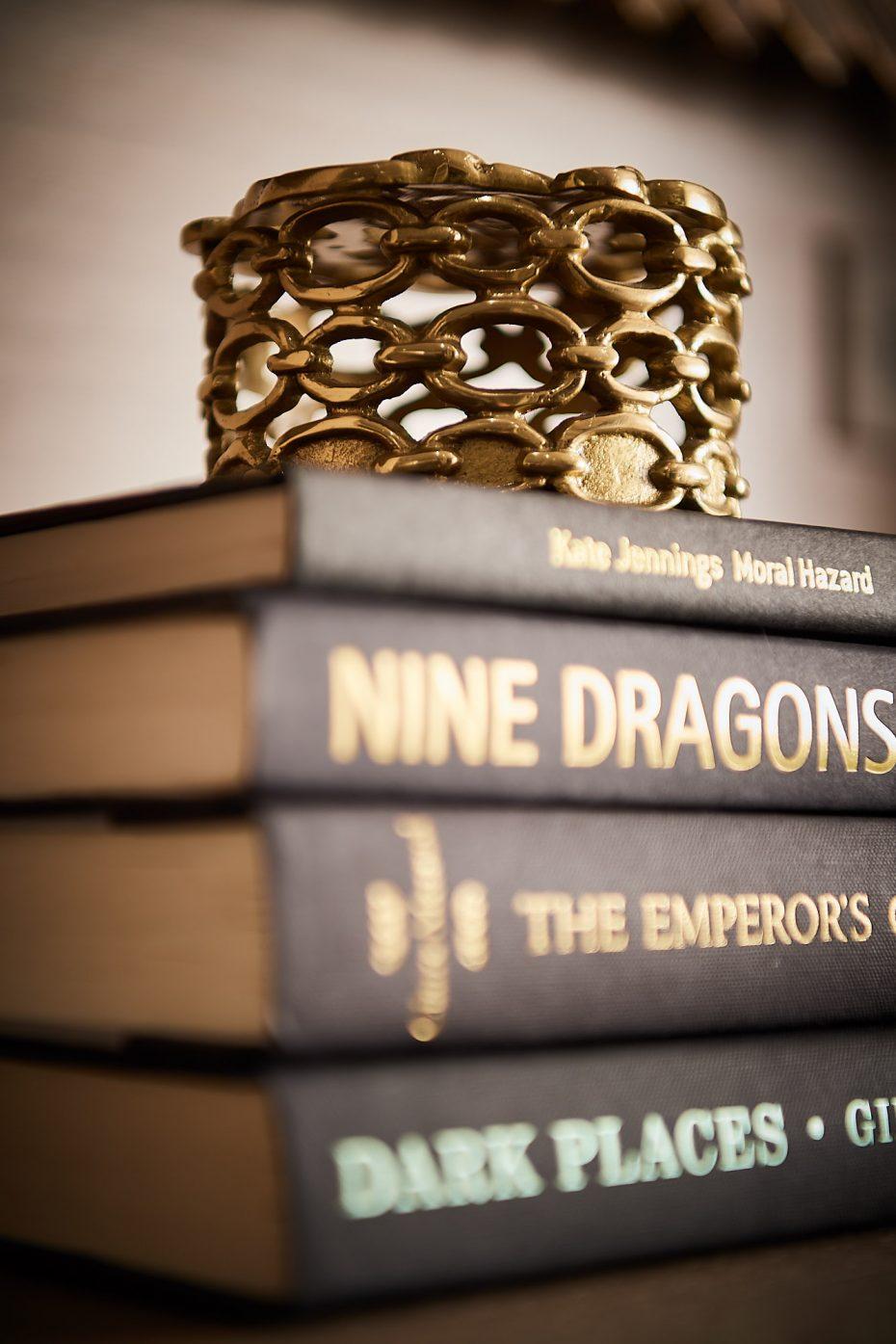 gold link box on black books