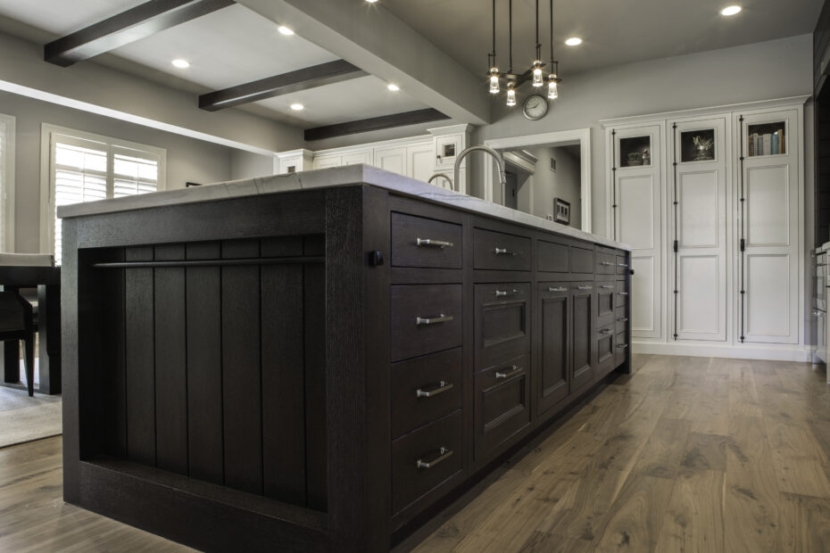 kitchen island in made of oak with dark mahogany stain